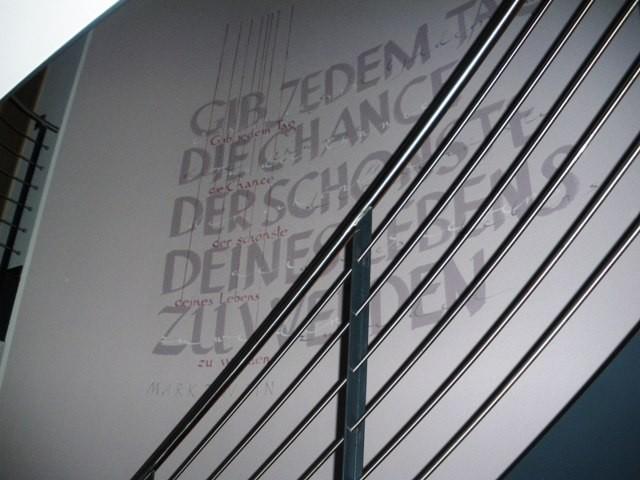 Treppenhaus wände neu gestalten  Typographie als Wandmalerei gestaltet individuelle Räume
